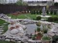 Okrasni ribnik z mostičkom